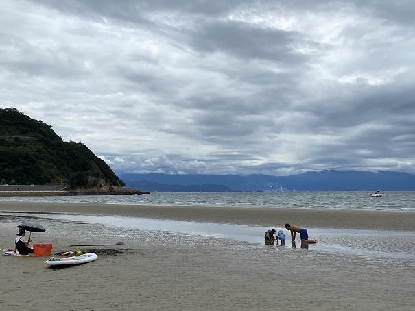 父母ヶ浜海水浴場で子供と遊ぶ