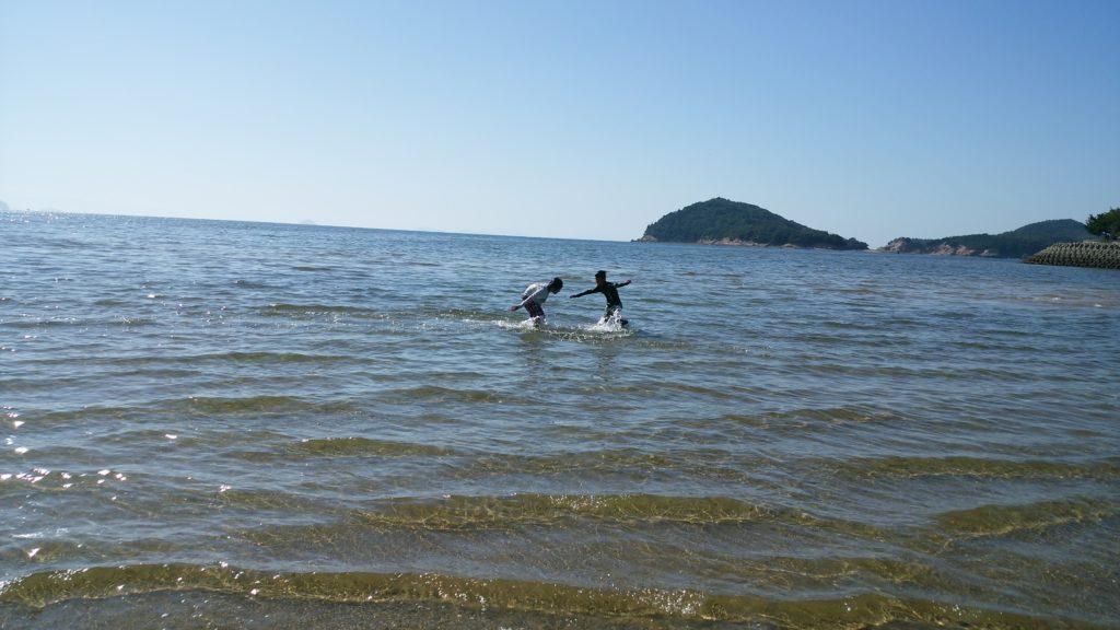 海ではしゃぐ子供たち