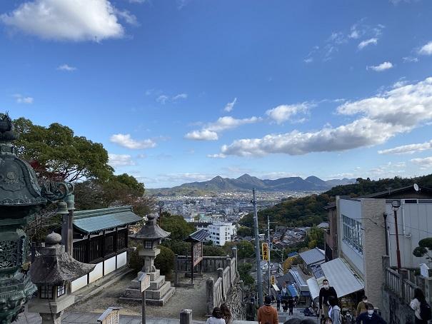 参道から見る琴平町内の風景