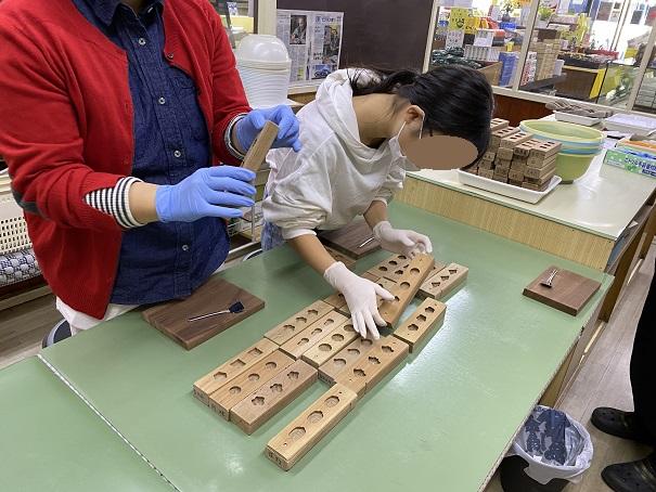 にしきや和三盆の木枠を選ぶ