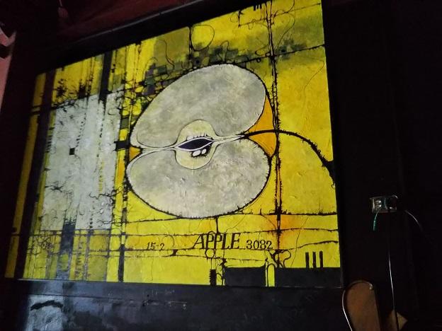 MU 黄色いリンゴの絵