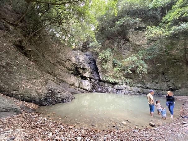 鮎返りの滝川遊びに適さない水質