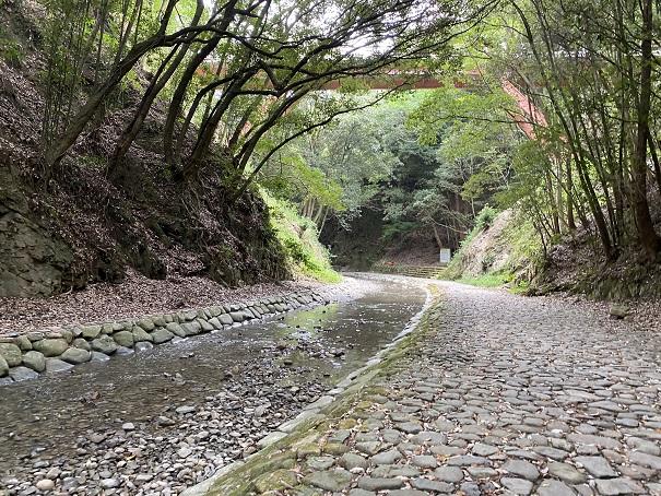 石畳を小川に沿って上流に進んでいくと鮎返りの滝