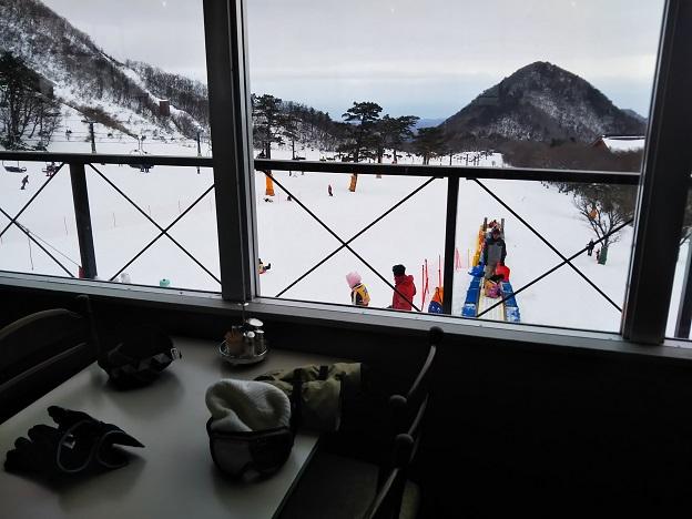 豪円山ロッジ 窓側の席