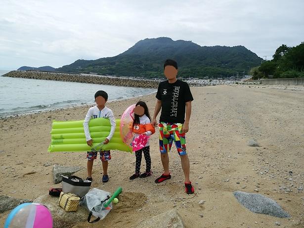大浜子供と泳いで遊ぶ