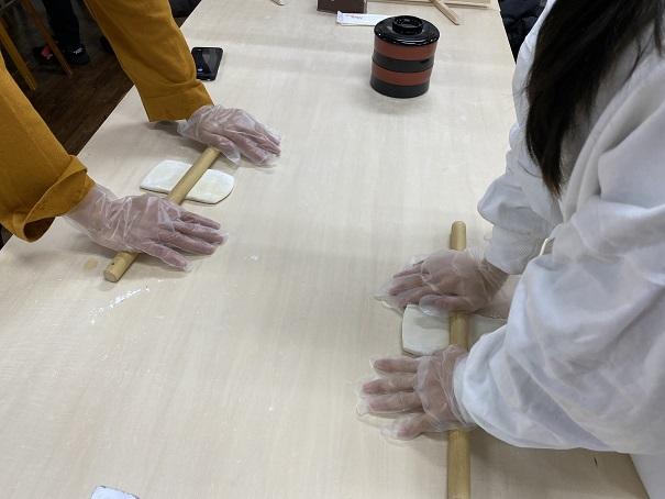 麺棒で生地を延ばす中野うどん学校琴平校