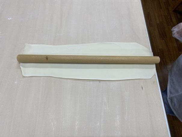 麺棒と同じ長さにうどん生地を延ばす