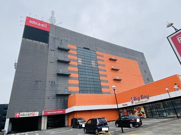 ラウンドワンスタジアム高松店外観と駐車場