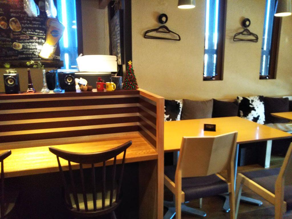 Quatre Quarts Cafe'店内テーブル