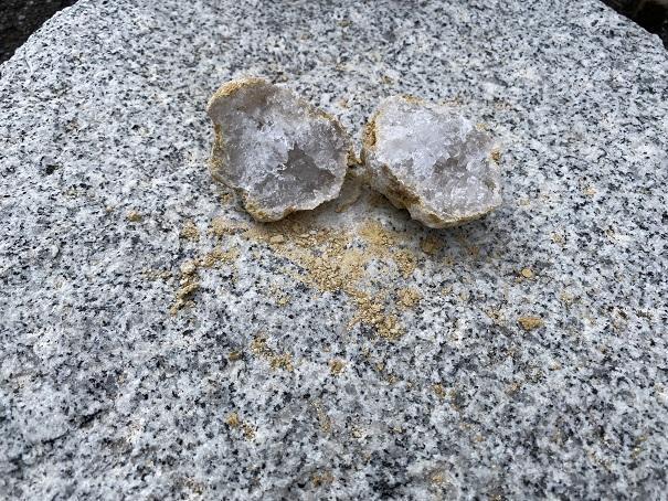 水晶が真っ二つに割れる