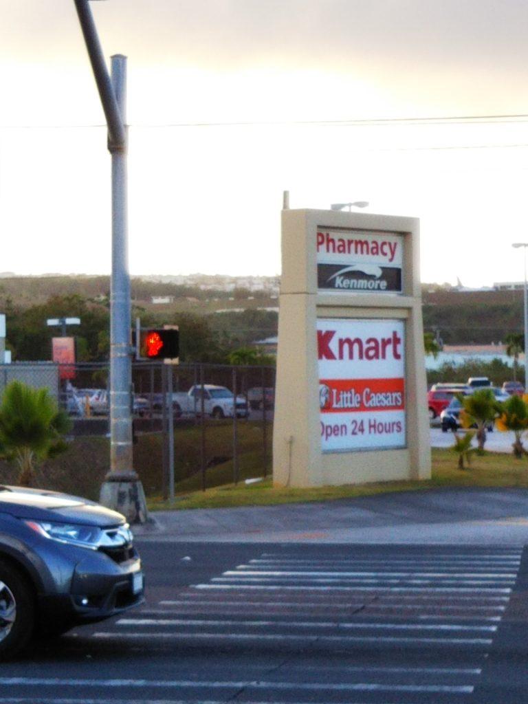 道を渡るとKマート