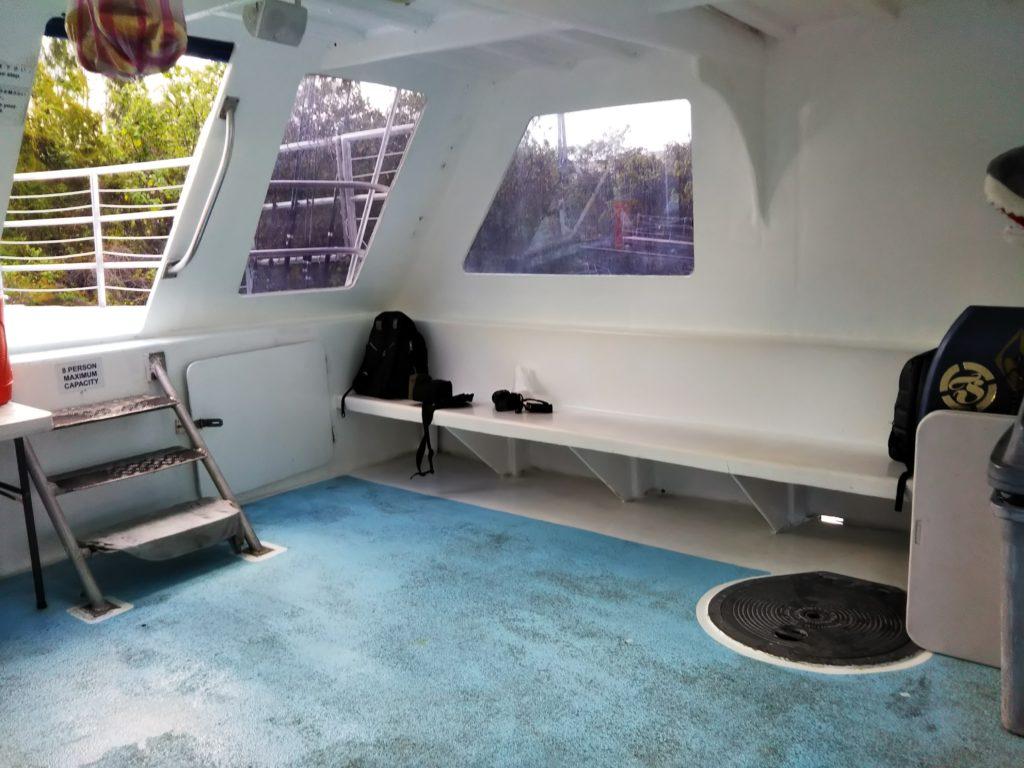 イルカウォッチ船の中1