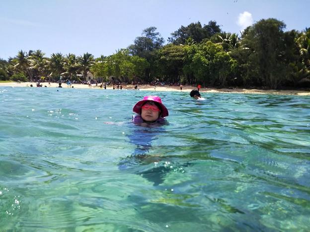 ココス島のビーチで海水浴