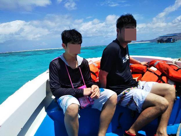 ボートに乗り込んでシュノーケリング