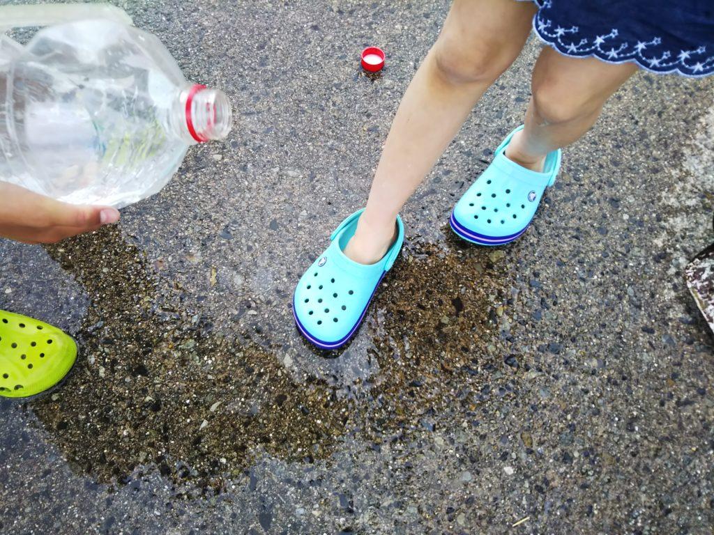 持って行った水で足を洗う