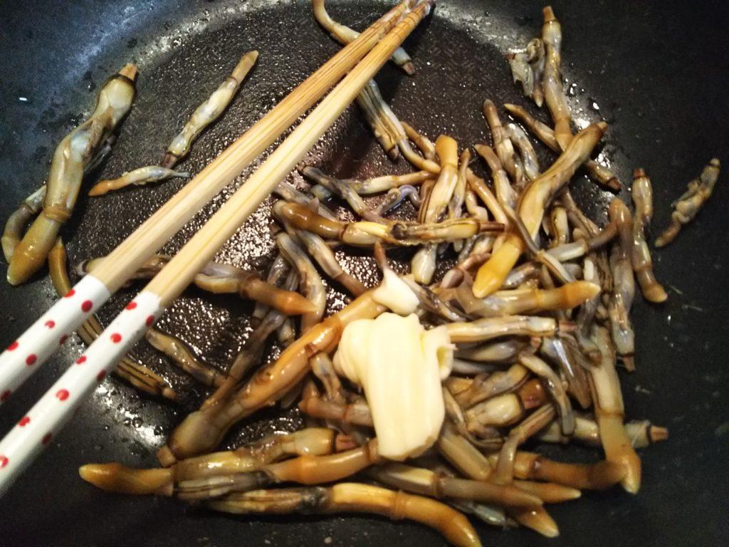 貝の殻をとってバターで炒める