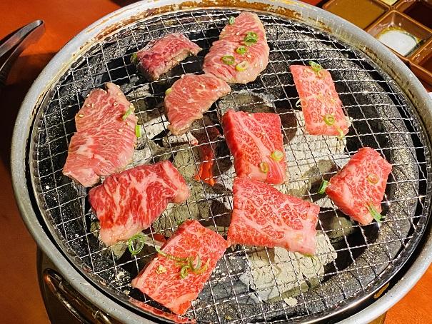 樹里庵炭火で肉を焼く