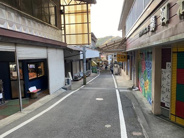 龍河洞の商店街を進