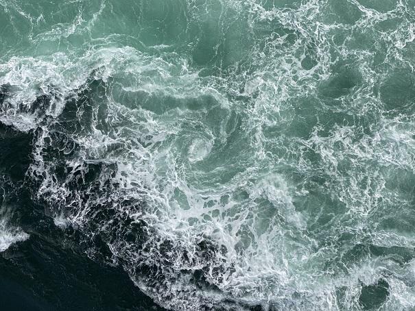 鳴門海峡の激しい渦潮