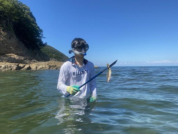 銛で魚を突く