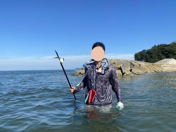 海で銛で魚を突く