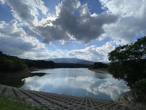 天空の鏡のような大谷池