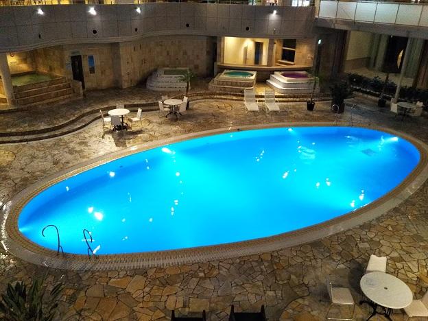 夜の温水プール