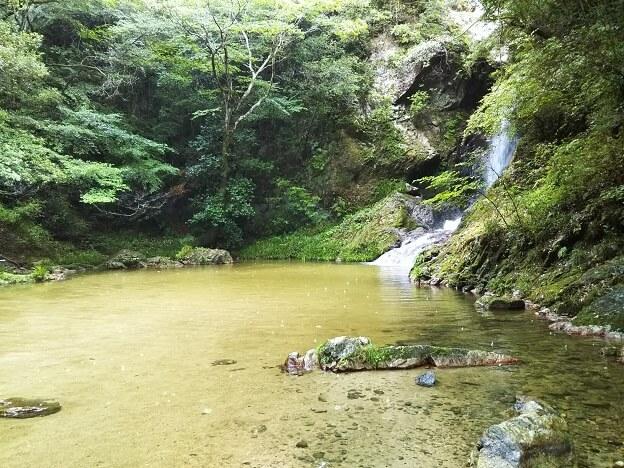虹の滝 水遊び