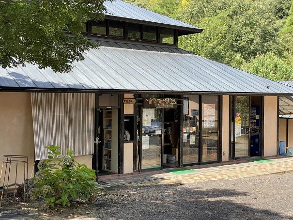 キャンプ村tatutaの森管理棟