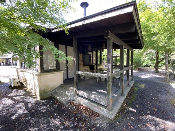 キャンプ村tatutaの森コテージのテラス