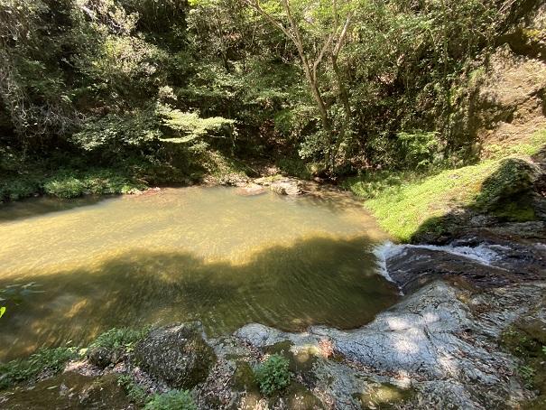 虹の滝雌滝の滝つぼの水深は深い
