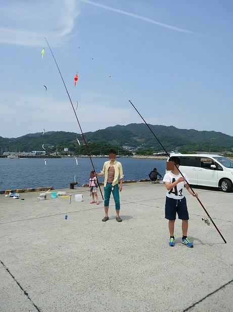 新仁尾港でイワシを釣る