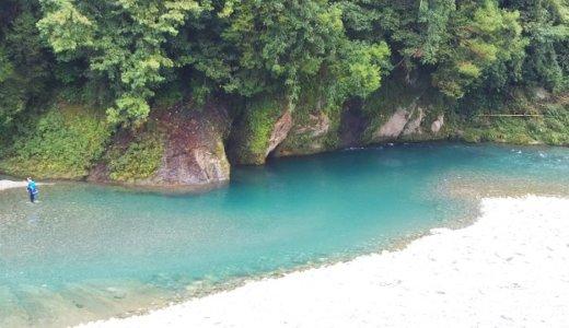 清流穴吹川 エメラルドグリーンの白人の瀬