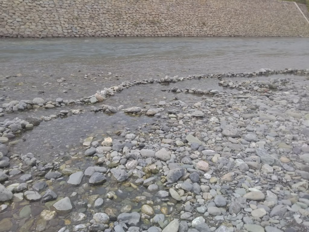 穴吹ふれあい広場 川遊び石を積む