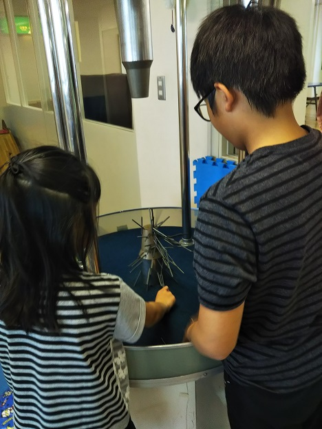丸亀市児童館 大型永久磁石で遊ぶ