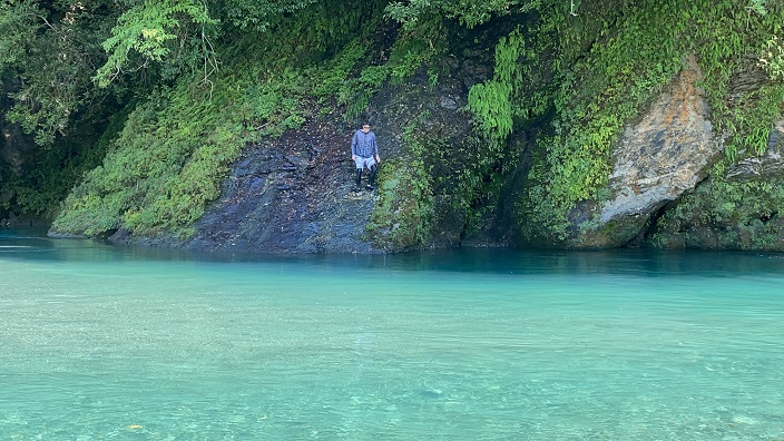 穴吹川白人の瀬岩から飛び込む