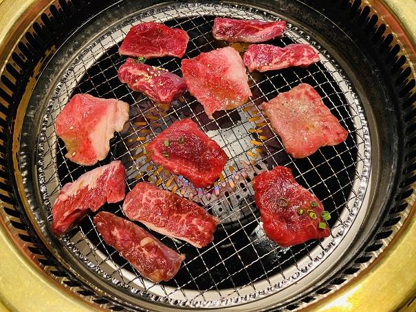 ぴこぴこ精肉店宇多津ランチで肉を焼く