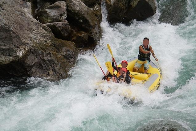 吉野川の激流を下るラフティング
