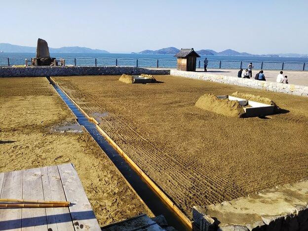 うたづ海ホタルで入浜式塩田 塩づくり体験