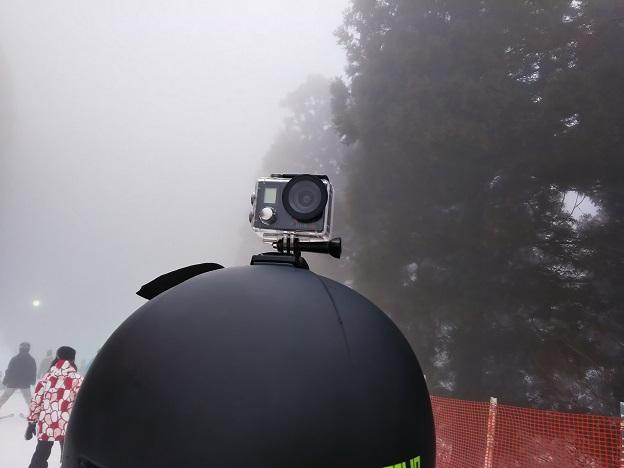 ヘルメットにつけたアクションカメラ