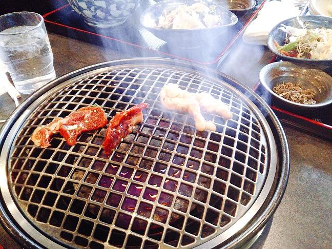 コリアンキッチン京城 肉を焼く