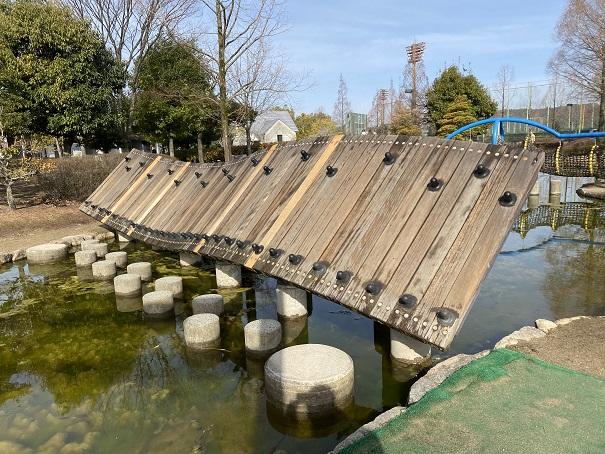 傾斜のある木の橋