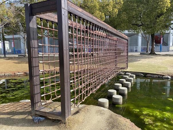ロープと網の橋
