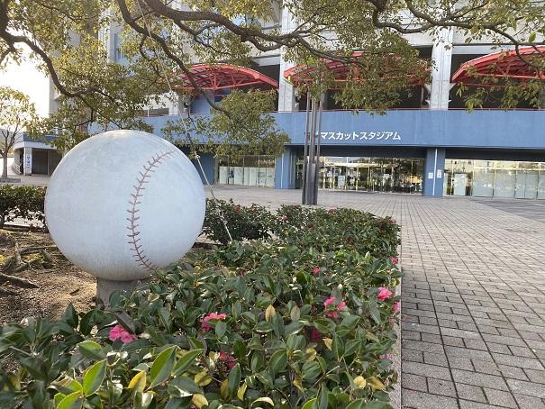 倉敷スポーツ公園野球の球のオブジェ