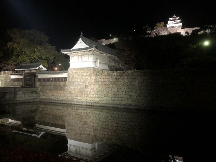 ライトアップされた丸亀城の天守閣
