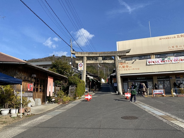 八栗登山口駅左側の鳥居