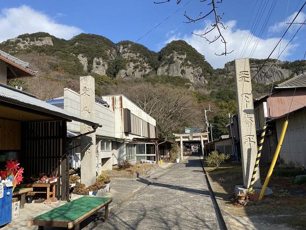 八栗寺境内と五剣山