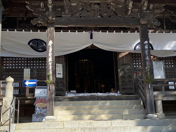 本堂の中八栗寺