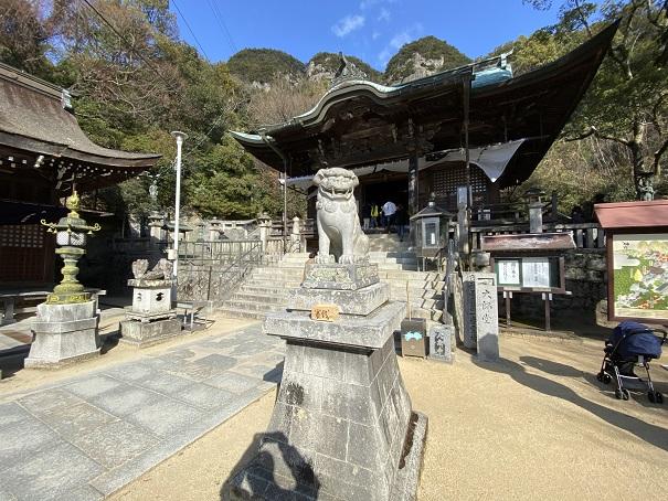 八栗寺本堂と五剣山境内