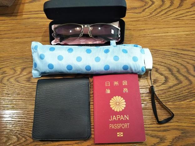 パスポートや傘やサングラス